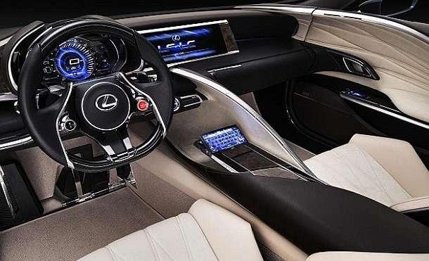 В Lexus-LF-LC помимо кожи присутствует множество металлических и деревянных компонентов