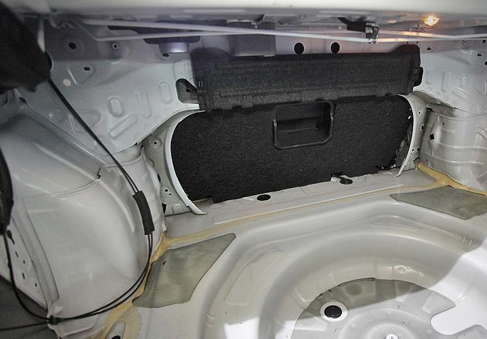 Багажник и задняя полка так же не могут похвастаться наличием хорошей изоляции.